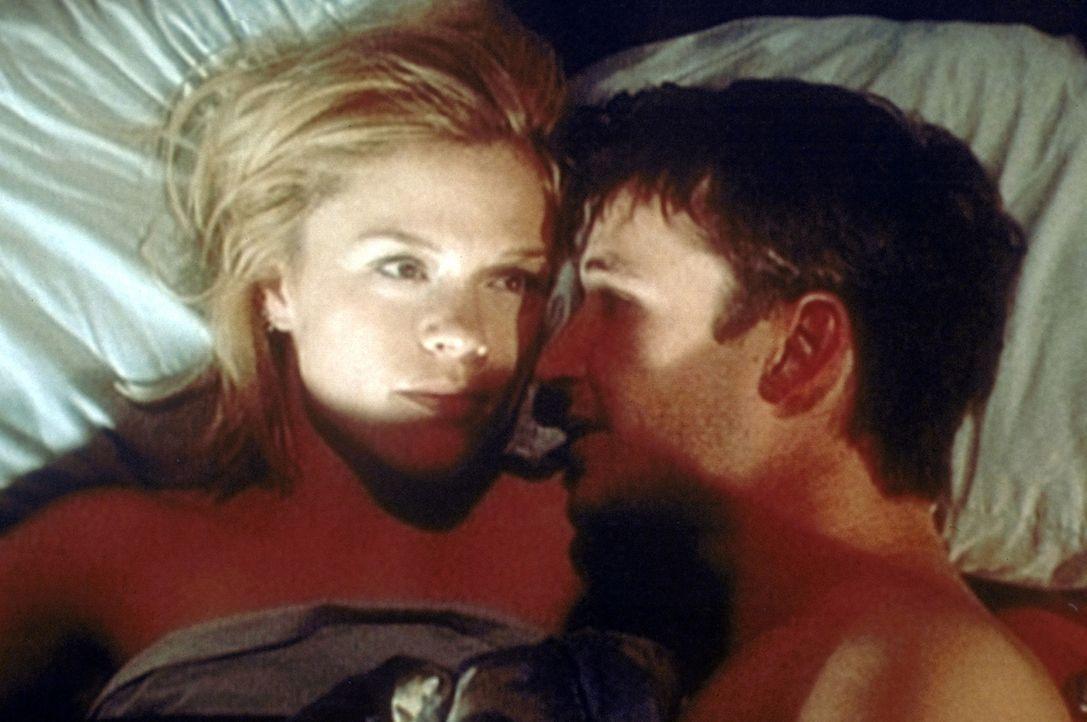 Carter (Noah Wyle, r.) verrät Harper (Christine Elise, l.) ein sehr intimes Geheimnis ... - Bildquelle: WARNER BROS