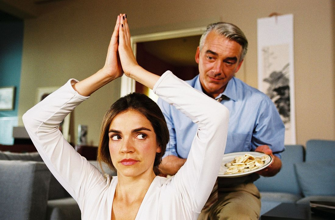 Felix (Christoph M. Ohrt, r.) kümmert sich rührend um seine Kollegin, doch Sandra (Rebecca Immanuel, l.) ist beleidigt und lässt ihn abblitzen. - Bildquelle: Hardy Spitz Sat.1