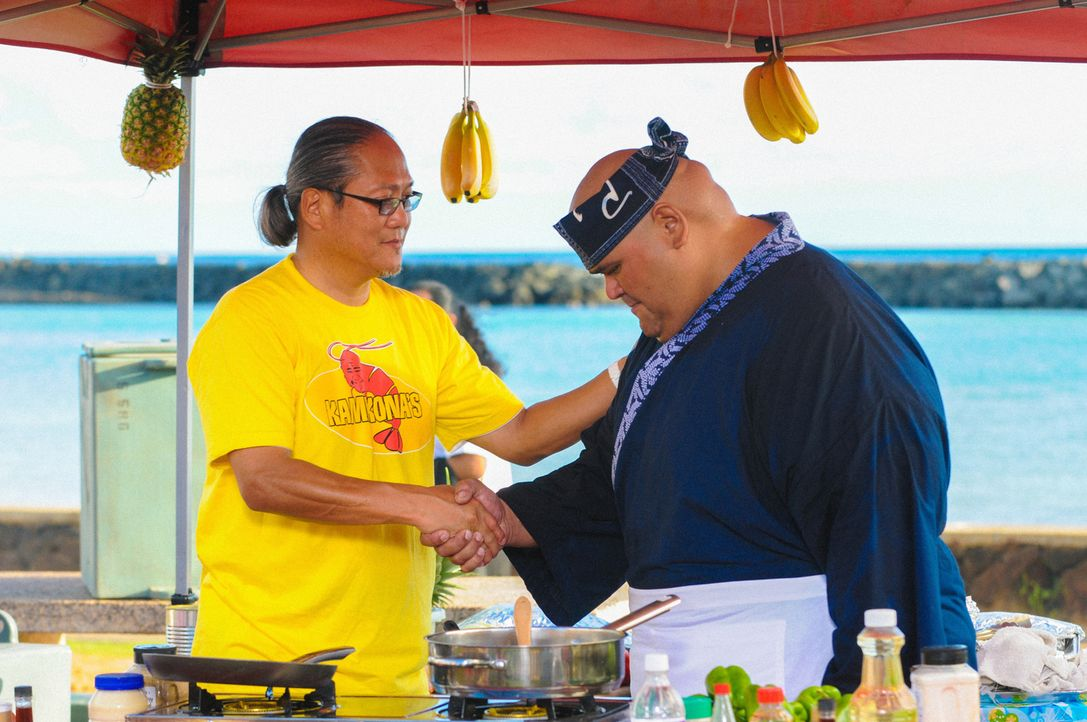 Um gegen den Chefkoch Sam Choy in einem Kochwettbewerb zu gewinnen, wird Kamekano (Taylor Wily, r.) von Meisterkoch Masaharu Morimoto (Masaharu Mori... - Bildquelle: Norman Shapiro 2014 CBS Broadcasting Inc. All Rights Reserved.