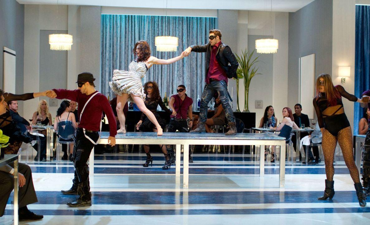 """Legen eine flotte Sohle aufs Parkett: die Streetdancer-Truppe """"The Mob"""" mit Sean (Ryan Guzman, 2.v.r.) und Emily (Kathryn McCormick, 3.v.r.) ... - Bildquelle: 2011 Summit Entertainment, LLC. All rights reserved."""