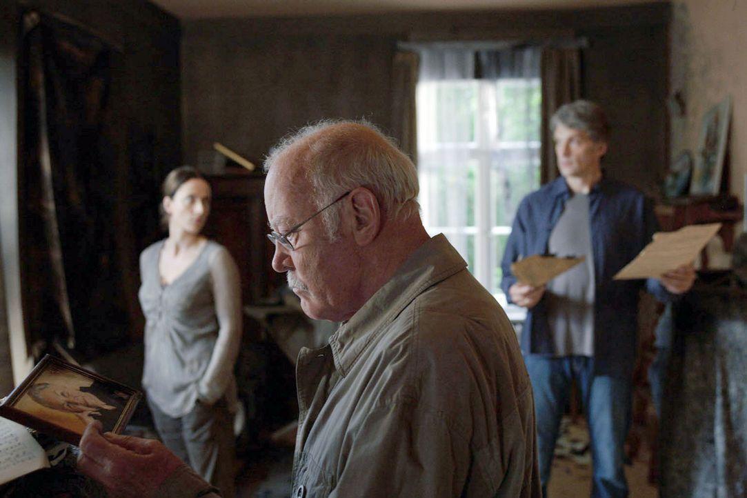 Ines (Claudia Michelsen, l.) und Stefan (Walter Sittler, r.) tasten sich durch die zerstörten Wohnräume und suchen nach Gegenständen, die der Brand... - Bildquelle: Christian Hartmann Sat.1