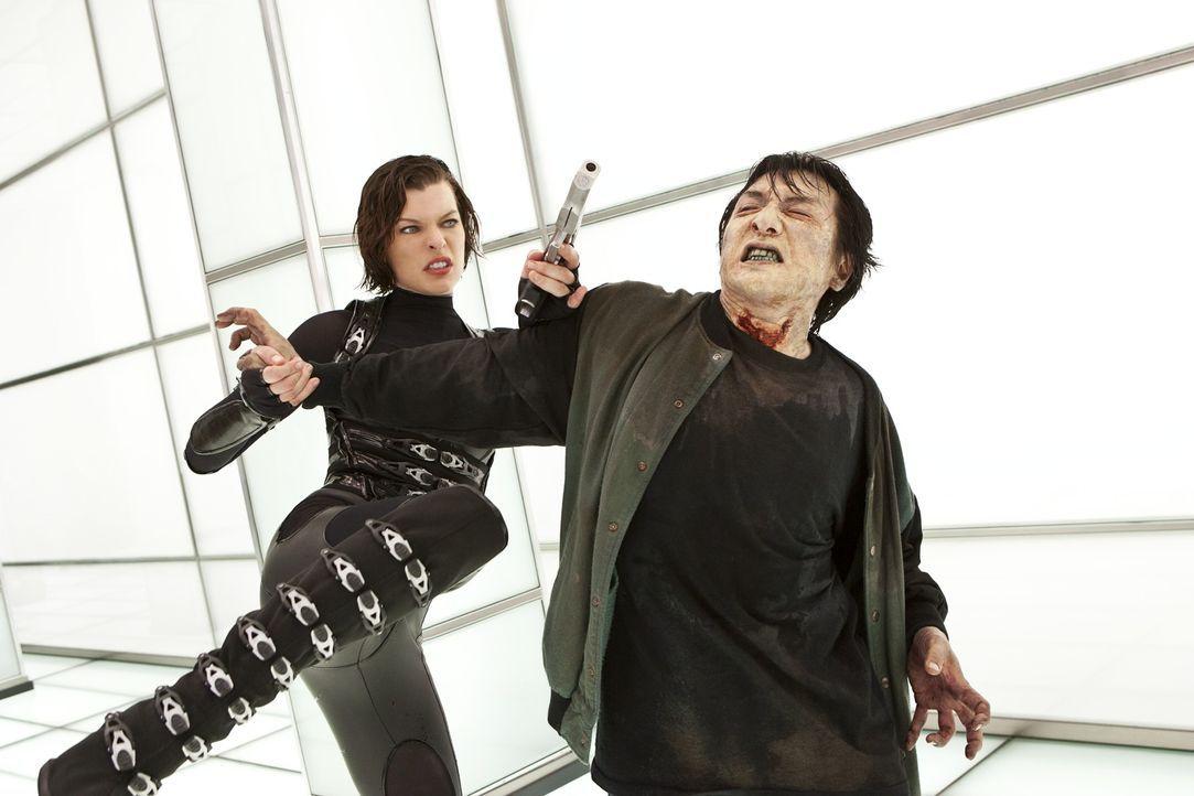 Zeigt den mörderischen Untoten regelmäßig, dass das Leben kein Zuckerschlecken ist: Alice (Milla Jovovich, l.) ... - Bildquelle: 2011Davis Films/Impact Pictures (RE5) Inc. and Constantin Film International GmbH.
