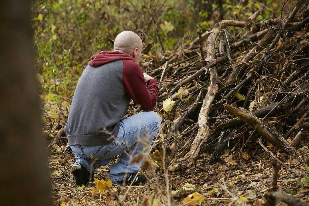 Spurlos verschwunden: Joel Patrick Courtney (Michael Findlay) vergräbt den Körper der 19-jährigen Brooke Wilberger tief im Wald. Trotz einer massive... - Bildquelle: Ian Watson Cineflix 2015