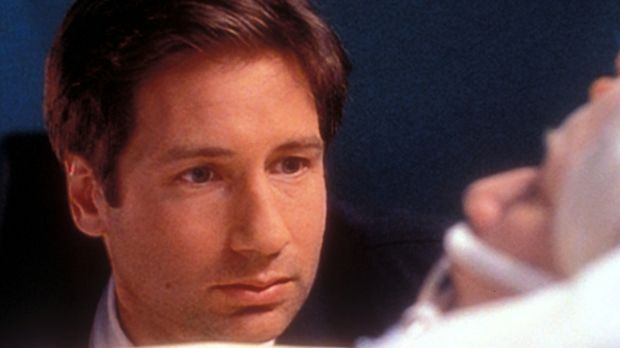 Mulder (David Duchovny, l.) sitzt am Krankenbett seiner Mutter (Rebecca Toola...