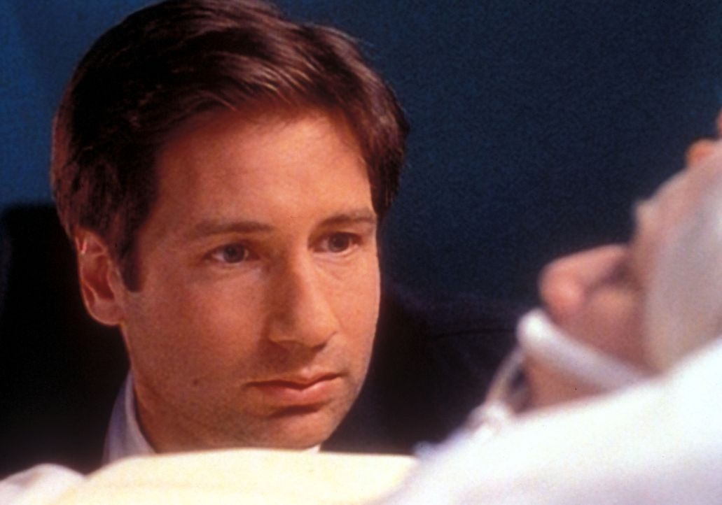 Mulder (David Duchovny, l.) sitzt am Krankenbett seiner Mutter (Rebecca Toolan, r.), die einen Schlaganfall erlitt, nachdem sie sich mit dem geheimn... - Bildquelle: TM +   Twentieth Century Fox Film Corporation. All Rights Reserved.