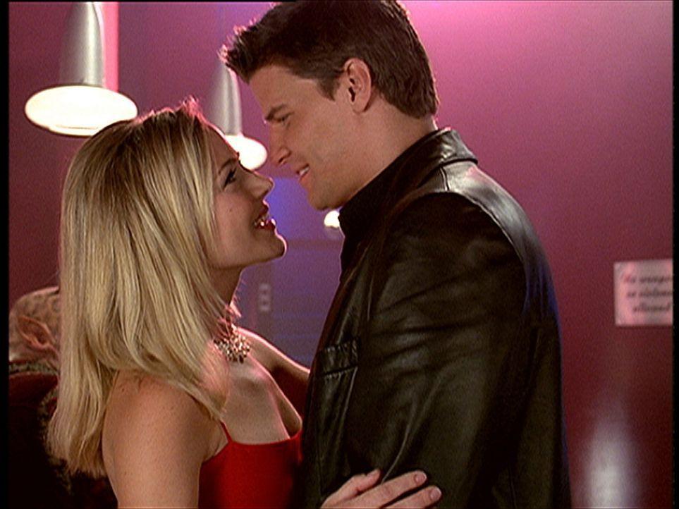 Angel (David Boreanaz, r.) kann es noch gar nicht fassen, dass er Darla (Julie Benz) wieder in den Armen hält. Schließlich hat er sie doch vor einig... - Bildquelle: TM +   2000 Twentieth Century Fox Film Corporation. All Rights Reserved.