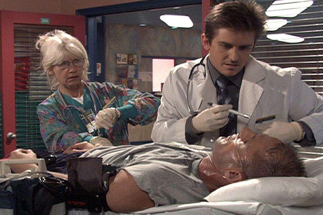 Jesse (Charlie Schlatter, r.) nimmt einen Schwerverletzten unter die Lupe. - Bildquelle: Viacom