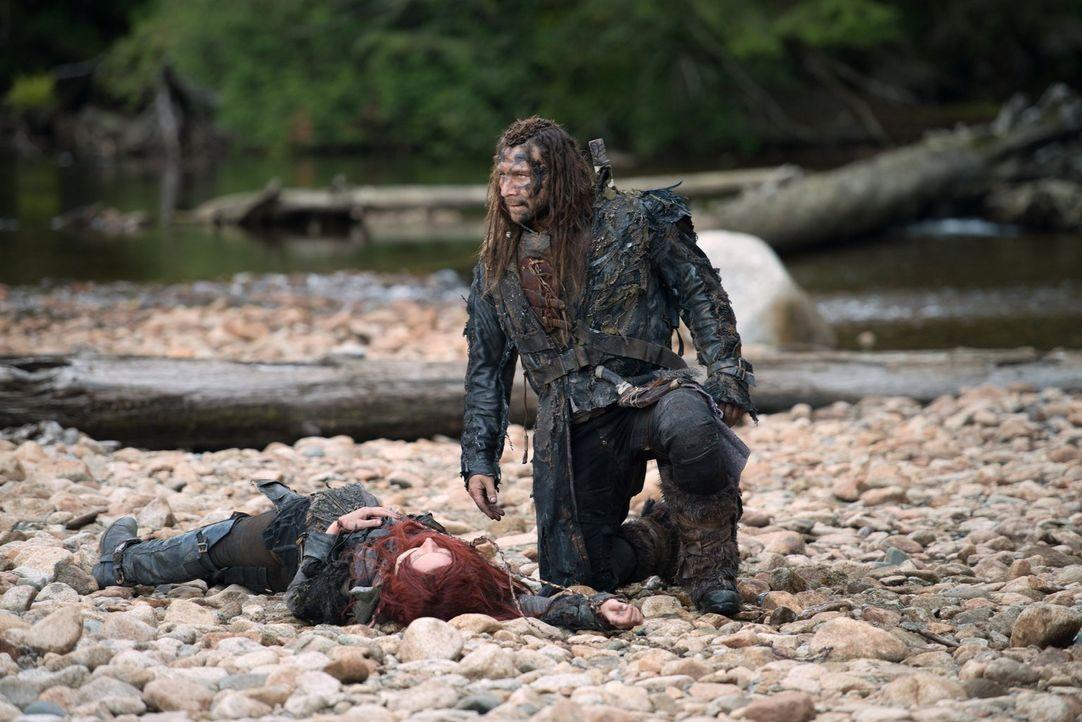 Noch ahnt Clarke (Eliza Taylor, l.) nicht, wer Roan (Zach McGowan, r.) wirklich ist ... - Bildquelle: 2014 Warner Brothers