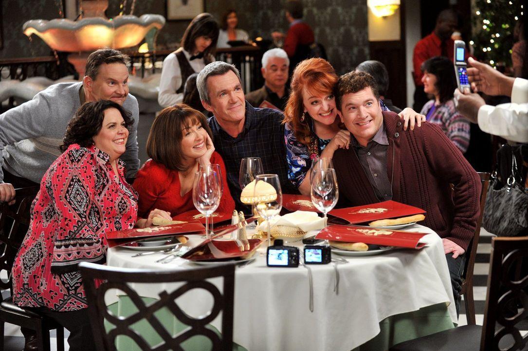 Frankie (Patricia Heaton, 2.v.l.) und Mike (Neil Flynn, M.) haben am Valentinstag Spaß mit den Donahues (Jen Ray, l. und Sean O'Bryan, hinten l.) un... - Bildquelle: Warner Brothers