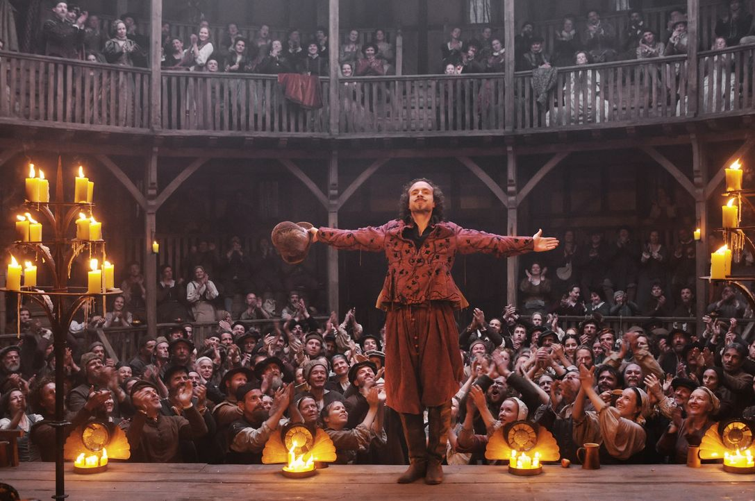 Ist William Shakespeare (Rafe Spall, M.) ein unkultivierter Betrüger, der die Werke eines anderen auf die Bühne bringt und aus Geltungssucht und Gel... - Bildquelle: Reiner Bajo 2011 Columbia Pictures Industries, Inc. and Beverly Blvd LLC. All Rights Reserved.