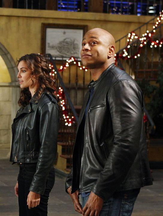 In der Weihnachtszeit müssen Sam (LL Cool J, r.), Callen und Kensi (Daniela Ruah, l.) einen neuen Mordfall aufdecken ... - Bildquelle: CBS Studios Inc. All Rights Reserved.