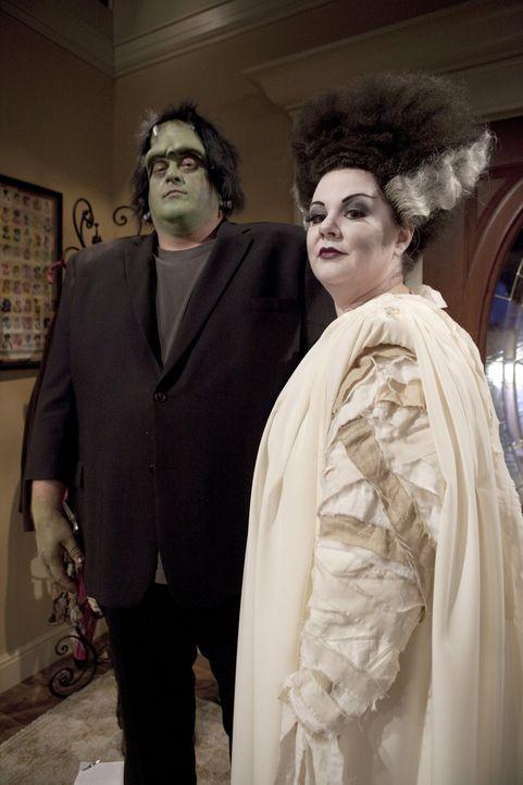 Gehen als Frankensteins Monster und dessen Braut zur Halloweenparty: Mike (Billy Gardell, l.) mit Molly (Melissa McCarthy, r.) ... - Bildquelle: Warner Brothers