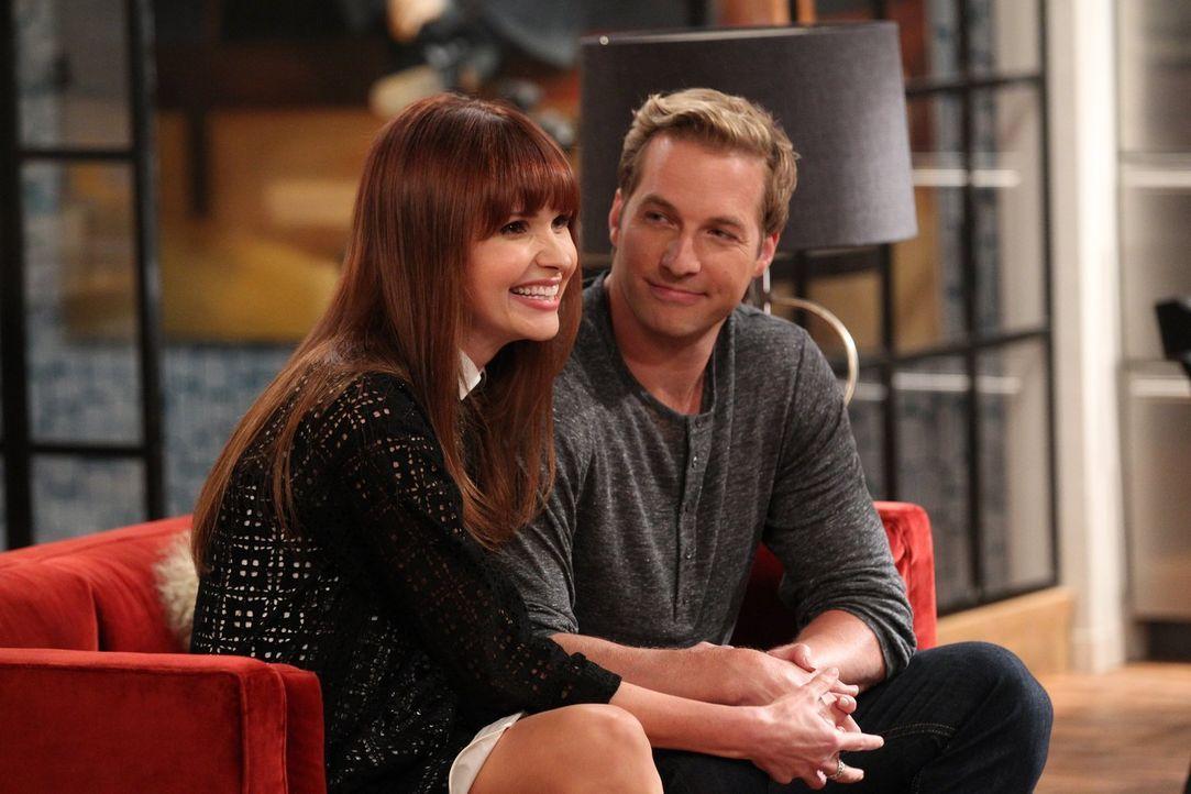 Als Caroline wieder auf ihren Ex-Freund Andy (Ryan Hansen, r.) trifft und erfährt, dass er nun mit der bezaubernden Romy (Valerie Azlynn, l.) verlob... - Bildquelle: Warner Brothers