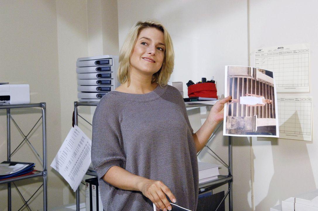 In ihrer Wut auf Katja schreddert Anna (Jeanette Biedermann) aus Versehen wichtige Präsentations-Unterlagen.