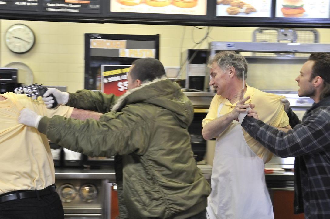 """Juan und James überfallen """"Browns Chicken & Pasta"""" und töten sieben Menschen qualvoll - doch was führt die Teenager zu dieser grauenvollen Tat? - Bildquelle: Ben Mark Holzberg Cineflix 2010"""