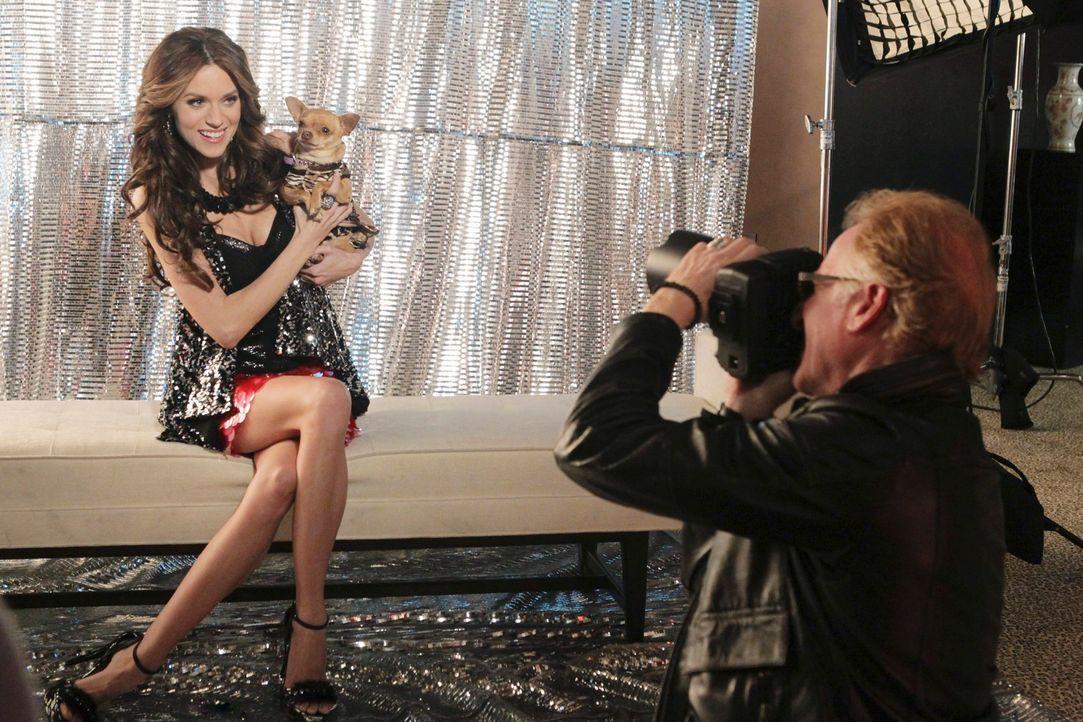Reality-TV-Star Kay Cappuccio (Hilarie Burton, l.) lässt sich und ihr Schoßhündchen Lolita von einem Starfotograf richtig in Szene setzen ... - Bildquelle: ABC Studios