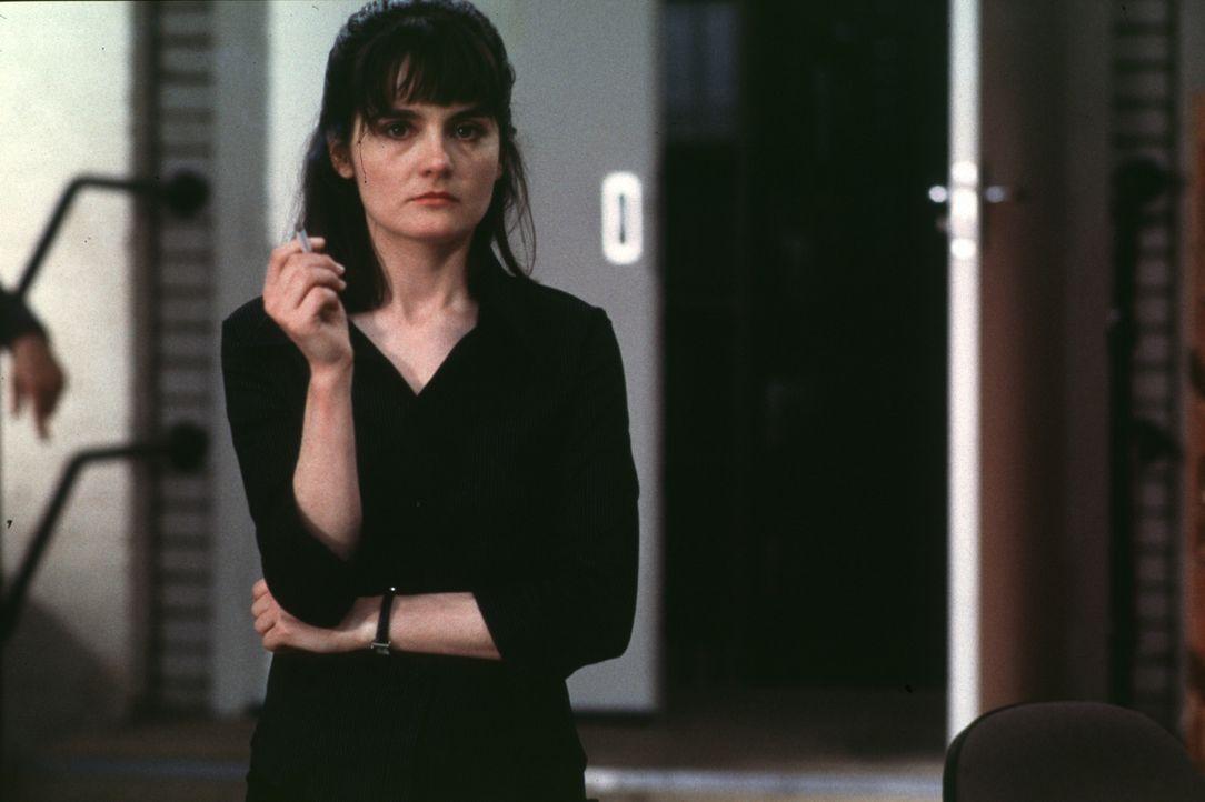 Die Polizistin D. I. Losey (Shirley Henderson) pflegt ein folgenschweres Laster: das Rauchen ...