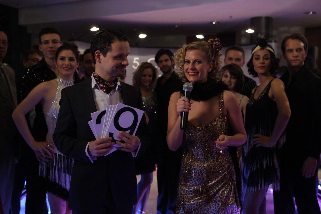 Der Tanzwettbewerb ist in vollem Gange: Frank Gerlach (Stefan Puntigam, vorne l.) und Rike (Theresa Underberg, vorne r.) ... - Bildquelle: Petro Domenigg SAT.1
