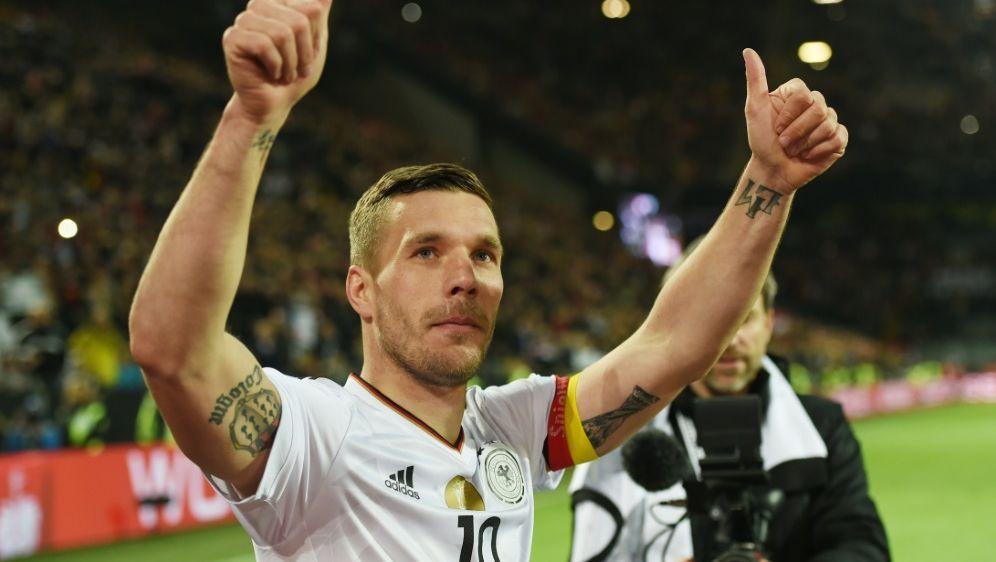 Daumen hoch: Podolski gibt sich vor der WM optimistisch - Bildquelle: AFPSIDPATRIK STOLLARZ