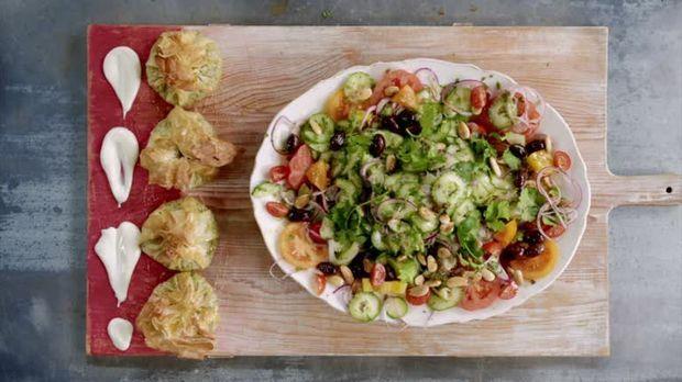 jamie oliver video lachs mit gr nteekruste griechischer salat sixx. Black Bedroom Furniture Sets. Home Design Ideas