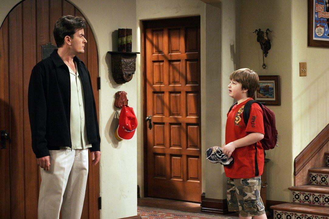 Obwohl Charlie (Charlie Sheen, l.) versprochen hat, sich um Jake (Angus T. Jones, r.) zu kümmern, vergisst er ihn nach der Schule abzuholen ... - Bildquelle: Warner Bros. Television