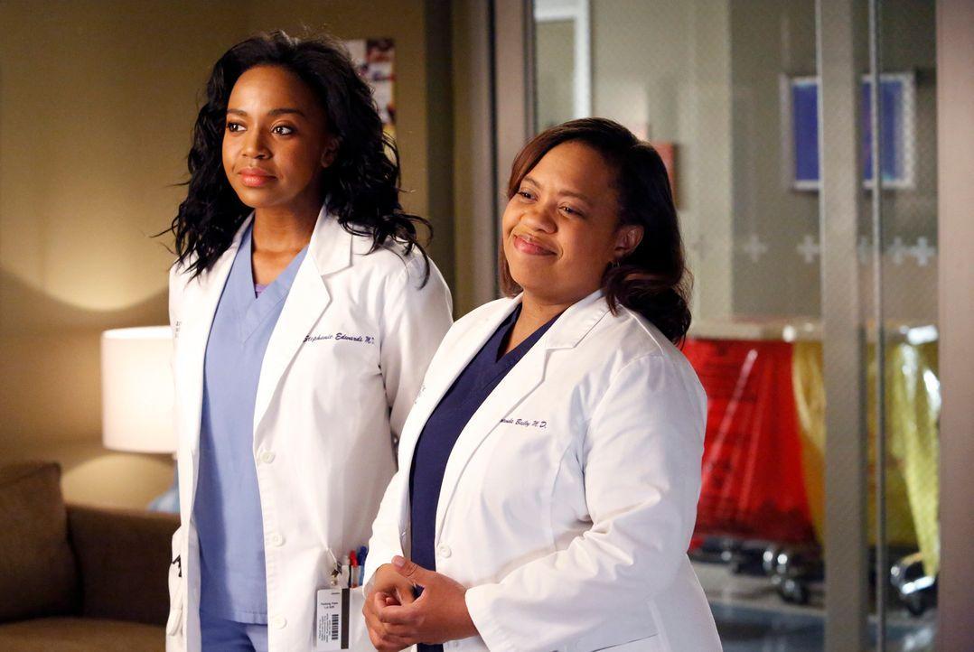 Während Cristina das Angebot von Burke annimmt und nach Zürich geht, müssen sich Bailey (Chandra Wilson, r.) und Stephanie (Jerrika Hinton, l.) den... - Bildquelle: ABC Studios