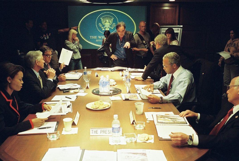Regisseur Oliver Stone (stehend, hinten M.) mit seinen Darstellern (v.l.n.r.) Condoleezza Rice (Thandie Newton), Donald Rumsfeld (Scott Glenn), Geor... - Bildquelle: Sidney Ray Baldwin 2008 Lionsgate Entertainment. All Rights reserved.