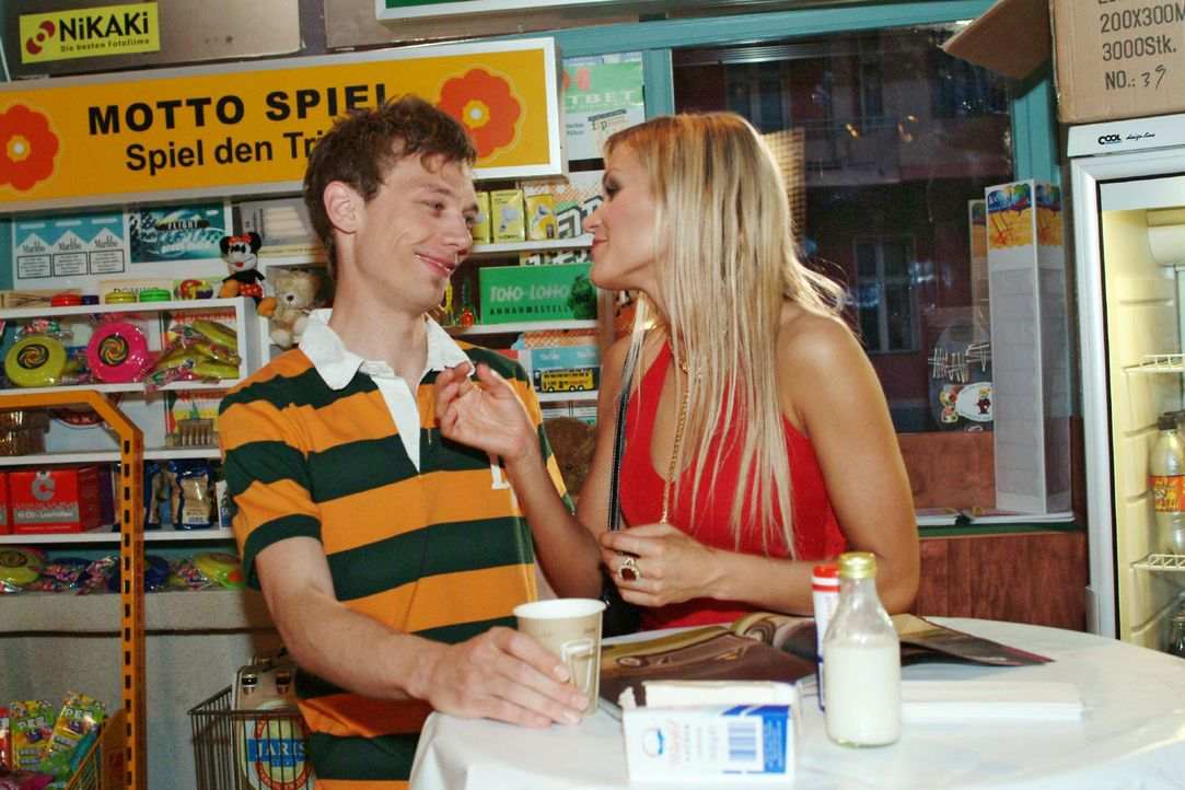 Sabrina (Nina-Friederike Gnädig, r.) versucht Jürgen (Oliver Bokern, l.) für den Kauf eines besonders günstigen Neuwagens zu begeistern. Doch J - Bildquelle: Sat.1