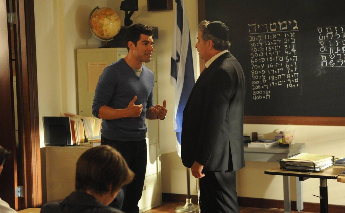 Schmidt (Max Greenfield, l.) plagen Zweifel, ob er ein guter Mensch ist. Er sucht Rat bei Rabbi Feiglin (Jon Lovitz, r.) ... - Bildquelle: TM &   2013 Fox and its related entities. All rights reserved.