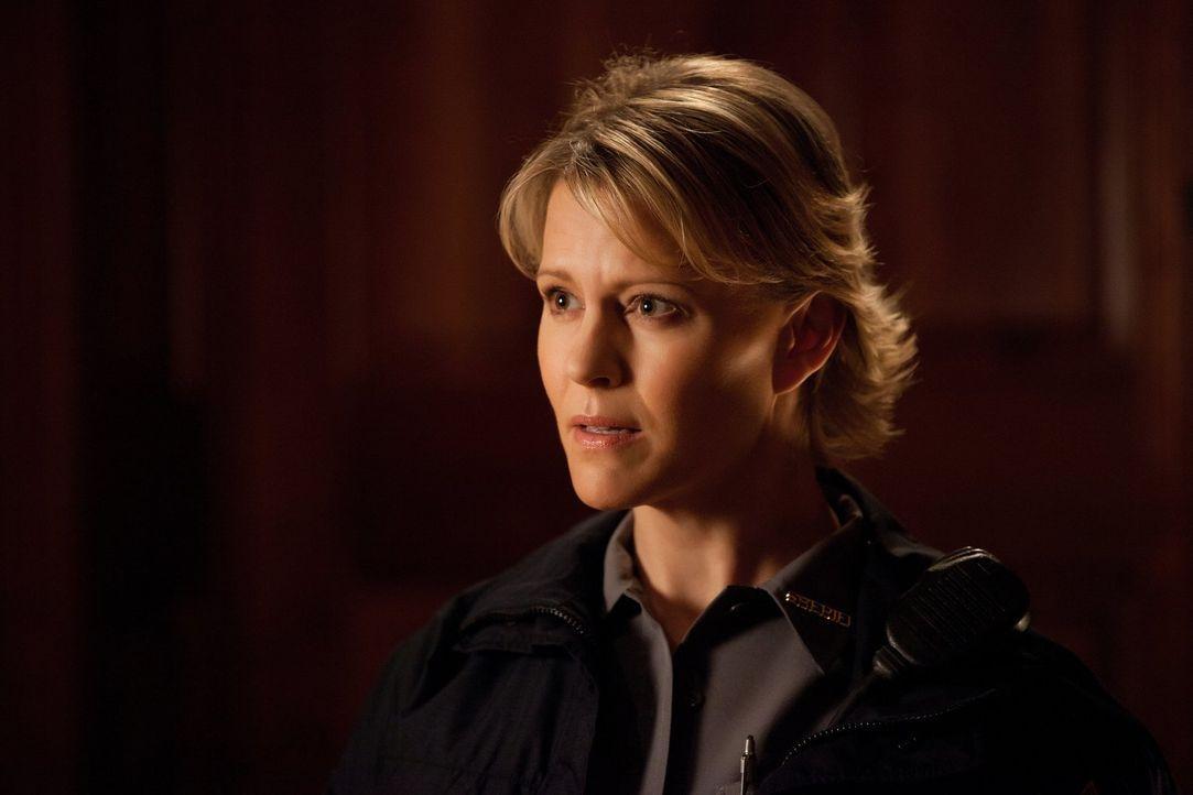 Sheriff Liz Forbes (Marguerite MacIntyre) setzt Damon das Messer auf die Brust: Er und Stefan sollen endlich aufhören, Hybriden zu töten und Klaus i... - Bildquelle: Warner Brothers