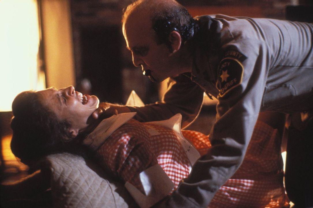 Polizist Josh (Andrew Bloch, r.), der von Jasons mörderischem Geist besessen ist, greift Diana Kimble (Erin Gray, l.) in ihrem Wohnzimmer an ... - Bildquelle: Warner Bros.