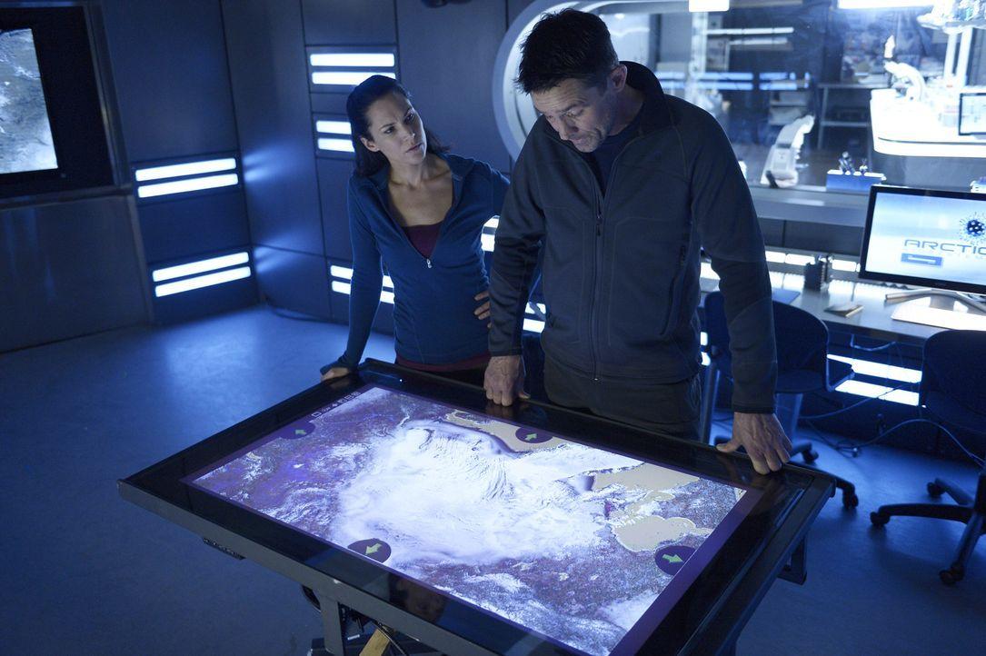 Als Sarah (Kyra Zagorsky, l.) und Alan (Billy Campbell, r.) erfahren, wer den Virus geklaut hat, müssen sie schnell handeln, um eine Verbreitung auß... - Bildquelle: 2014 Sony Pictures Television Inc. All Rights Reserved.