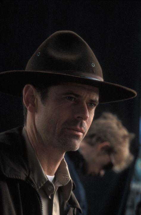 Als der alte Farmer Zeke Gillman tot in einem Straßengraben aufgefunden wird, nimmt Sheriff Lyndon Harris (C. Thomas Howell) die Ermittlungen auf ... - Bildquelle: Regent Entertainment