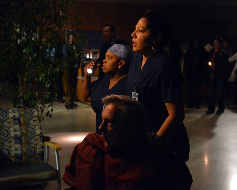 Ein heftiger Sturm tobt über Seattle. Bailey (Chandra Wilson, hinten) ist für die Erstversorgung der neuen Patienten zuständig, doch aufgrund des... - Bildquelle: ABC Studios