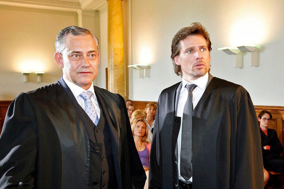 Alex (René Steinke, r.) hat einen schweren Gang vor sich: Der Anwalt der Gegenpartei ist sein ehemaliger Chef (Rolf Kanies, l.) ... - Bildquelle: Mosch Sat. 1