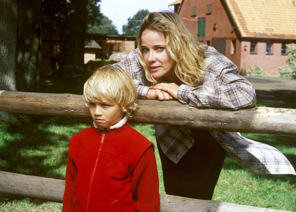 Bei Lukas (Neal Thomas, l.) hat Maria-Luise (Ann-Kathrin Kramer, r.) anfangs einen schweren Stand. Seit seine Mutter weggegangen ist, spricht der Ju... - Bildquelle: Susanne Dittmann Sat.1