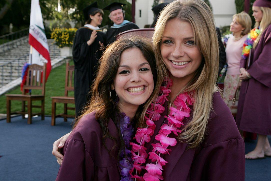Freuen sich endlich ihren Abschluss zu haben: Summer (Rachel Bilson, l.) und Marissa (Mischa Barton, r.) ... - Bildquelle: Warner Bros. Television