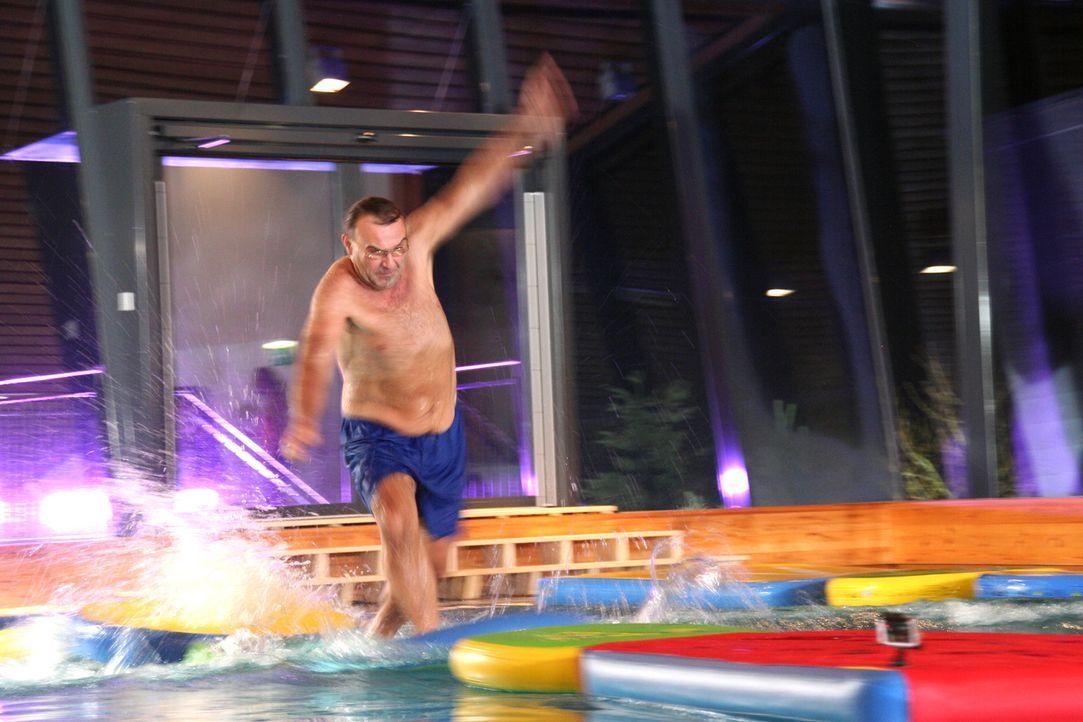 Ralf versucht, auf dem Wasser möglichst schnell zu laufen ... - Bildquelle: SAT.1