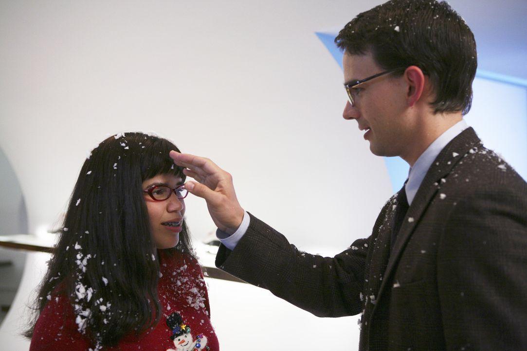 Betty (America Ferrera, l.) trifft auf ihren heimlichen Schwarm Henry (Christopher Gorham, r.) ... - Bildquelle: Buena Vista International Television
