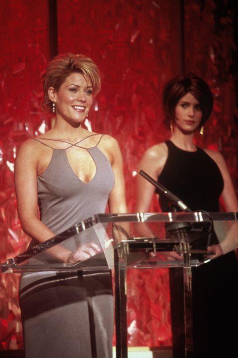 """McKenzie Westmore (McKenzie Westmore, l.) moderiert die Verleihung des """"Soapie"""". - Bildquelle: TM+  2000 WARNER BROS."""