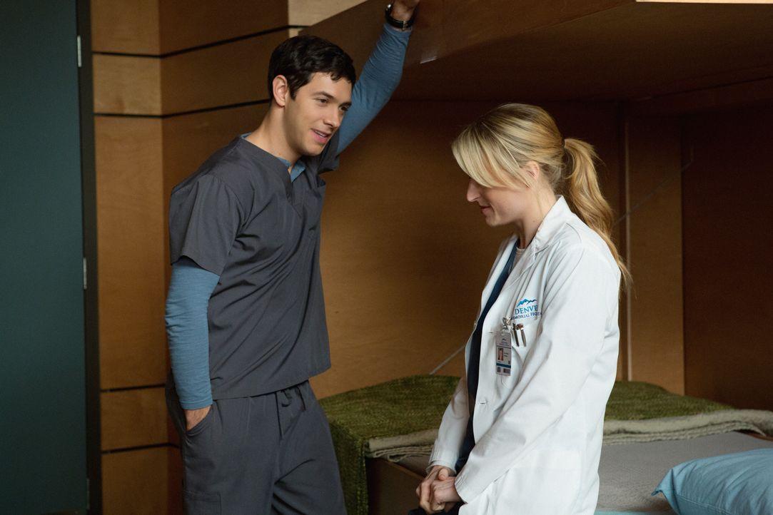 Die frische Beziehung von Micah (Michael Rady, l.) und Emily (Mamie Gummer, r.) wird von Beginn von Problemen überschattet ... - Bildquelle: 2012 The CW Network, LLC. All rights reserved.
