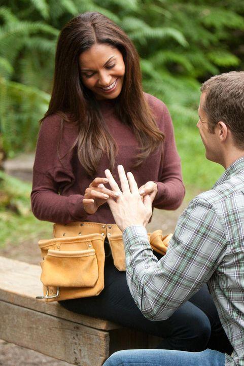 Carter (Colin Ferguson, r.) hat sich für die Flitterwochen mit Allison (Salli Richardson-Whitfield, l.) etwas Besonderes einfallen lassen. Doch sieh... - Bildquelle: Universal Television