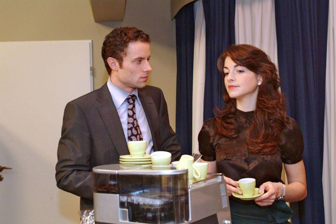 Leidensgenossen: Max (Alexander Sternberg, l.) äußert sich Mariella (Bianca Hein, r.) gegenüber klagend über Davids Unberechenbarkeit. - Bildquelle: Sat.1