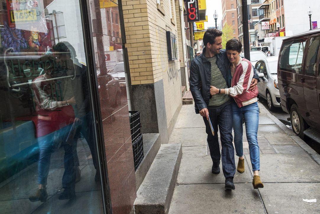 Jeden Dienstag fliegt Flugbegleiterin Charlotte (Jasmin Gerat, r.) nach New York. Als sie dort Klaus (Oliver Mommsen, l.) kennenlernt, ahnt sie nich... - Bildquelle: Rick Friedman SAT.1