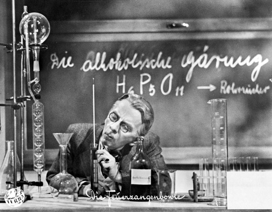 Für den Chemieunterricht hat sich Professor Crey (Erich Ponto, l.) etwas ganz besonderes überlegt, doch der Schuss geht gewaltig nach hinten los ... - Bildquelle: Terra-Filmkunst
