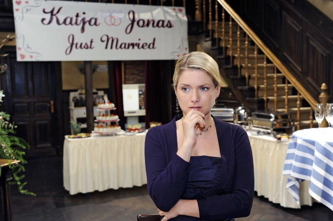 Anna (Jeanette Biedermann) erfährt, dass die Hochzeit nicht stattfand. - Bildquelle: Oliver Ziebe Sat.1