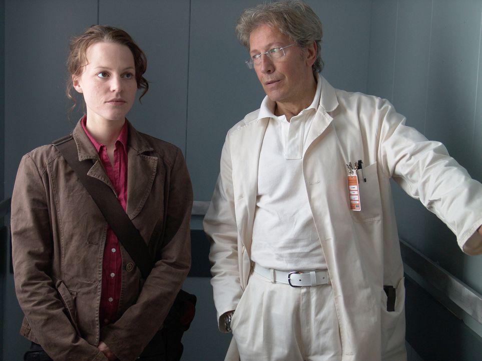Schon bald wird Leo (Maria Simon, l.) klar, dass irgendetwas an Max' Tod faul ist. Eine Spur führt zu Dr. Seifert (Bernd Herzsprung, r.) ... - Bildquelle: Volker Roloff ProSieben