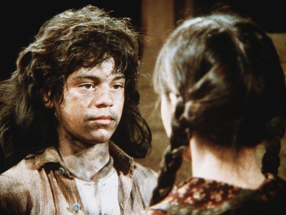 """Plötzlich steht Jenny Wilder (Shannen Doherty, r.) dem """"Wolfsjungen"""" Matthew (Jonthan Hall Kovacs, l.) gegenüber, der aus seinem Käfig ausgebroch... - Bildquelle: Worldvision"""
