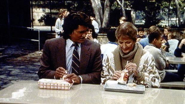 Jonathan (Michael Landon, l.) unterhält sich mit der Lehrerin Stella Brisby (...