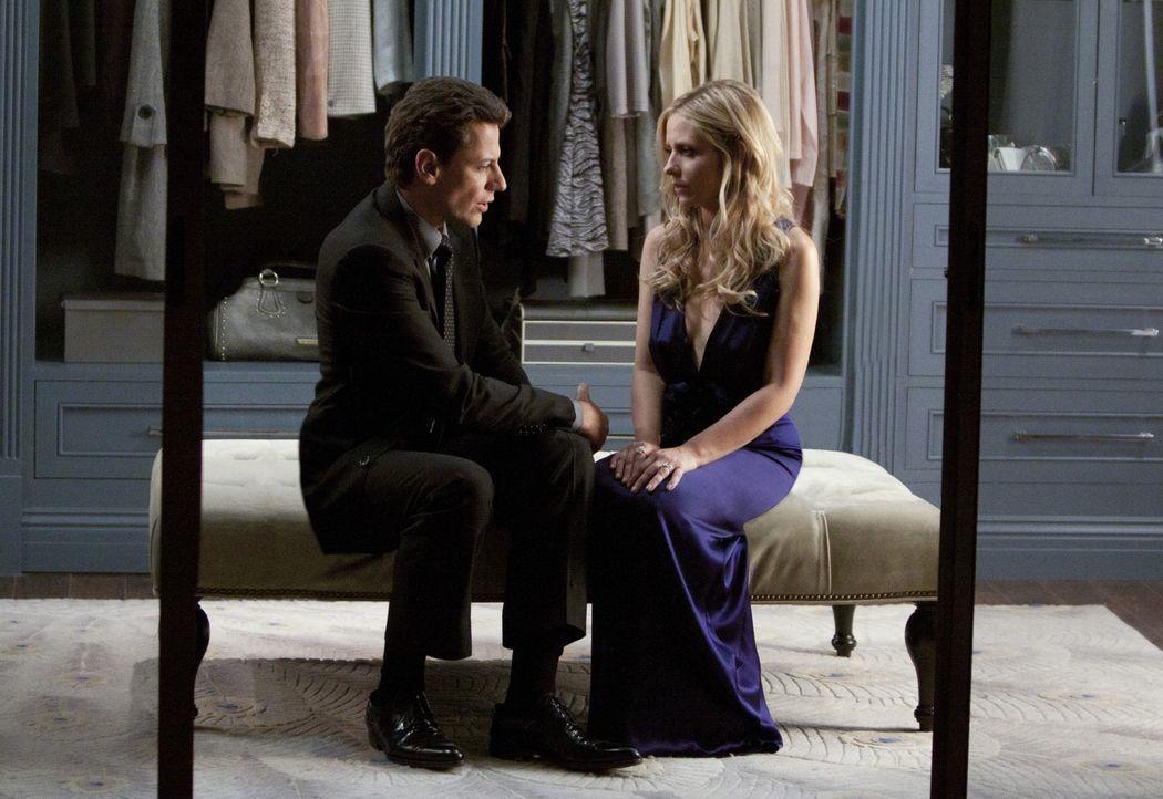 Andrew (Ioan Gruffudd, l.) kann nicht verstehen, dass Siobhan (Sarah Michelle Gellar, r.) ihm nie etwas von ihrer Zwillingsschwester Bridget erzähl... - Bildquelle: 2011 THE CW NETWORK, LLC. ALL RIGHTS RESERVED